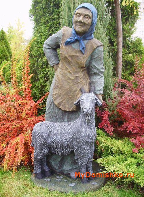 Фото садовой скульптуры из дерева Бабушка с козой