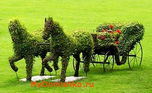 Зеленая садовая скульптура лошади