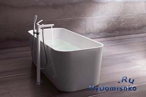 Фото Белая ванна и душ установлены в аккумуляторном отсеке Kludi Balance со скрытым аэратором позволяют направлять поток воды в зависимости от типа и формы ванны. В таком же дизайне продаются смесители для раковин.